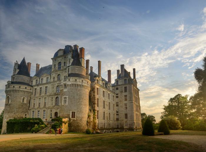 de monter les marches du château de Brissac